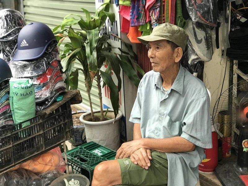 NSƯT Trần Hạnh hàng ngày vẫn ngồi một góc ở gian hàng nhỏ trông hàng hộ con dâu.