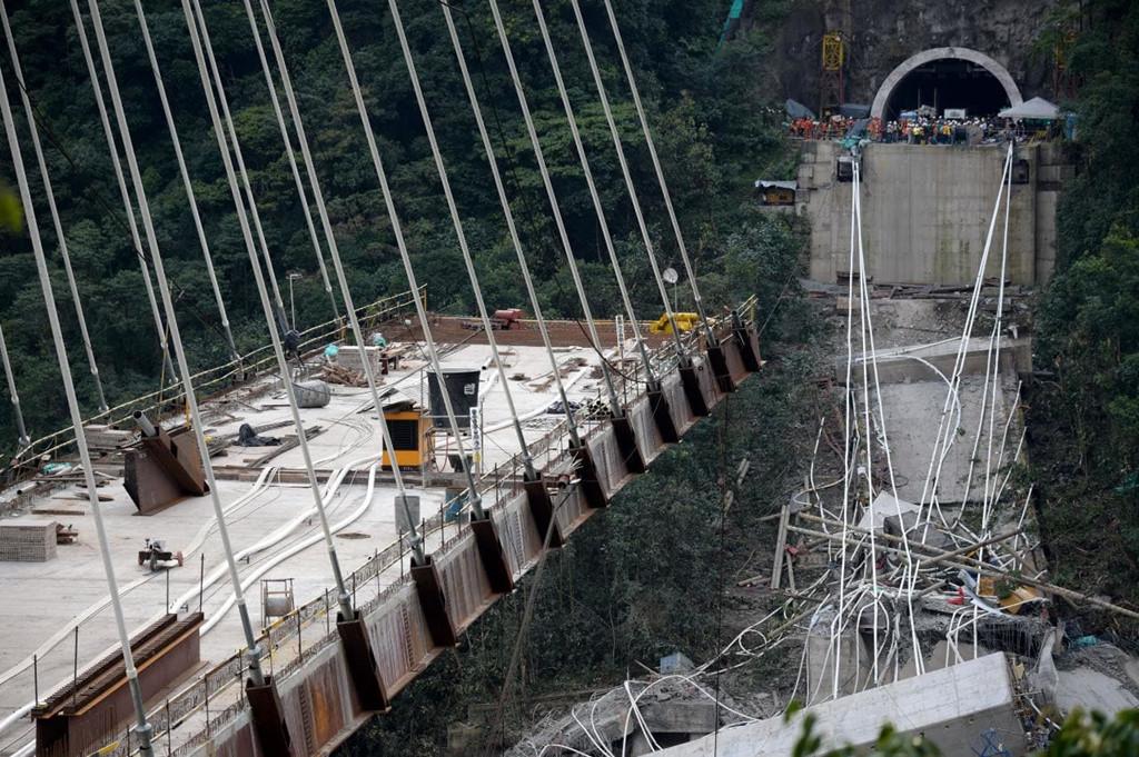 Đoạn cao tốc đi qua một khu công nghiệp trong thành phố. Khi vụ sập cao tốc xảy ra, thành phố Genoa đang hứng chịu một cơn bão mạnh.Ảnh:Reuters.