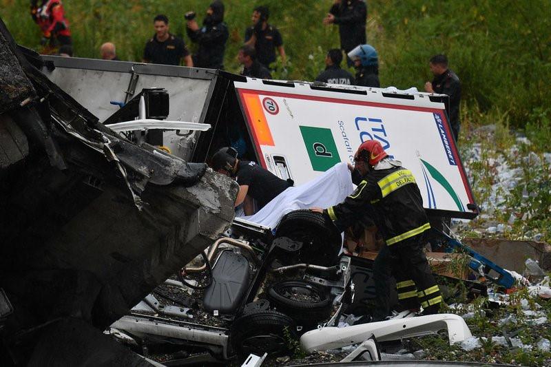 Thủ tướng ItalyGiuseppe Conte dự kiến lên đường tới Genoa ngay trong ngày 14/8 và sẽ ở lại thành phố này suốt ngày 15/8. Trong khi đó, Bộ trưởng Quốc phòng Italy Elisabetta Trenta cho biết quân đội đã sẵn sàng nhân lực và phương tiện để ứng cứu các nạn nhân trong vụ việc ở Genoa. Ảnh: AP.
