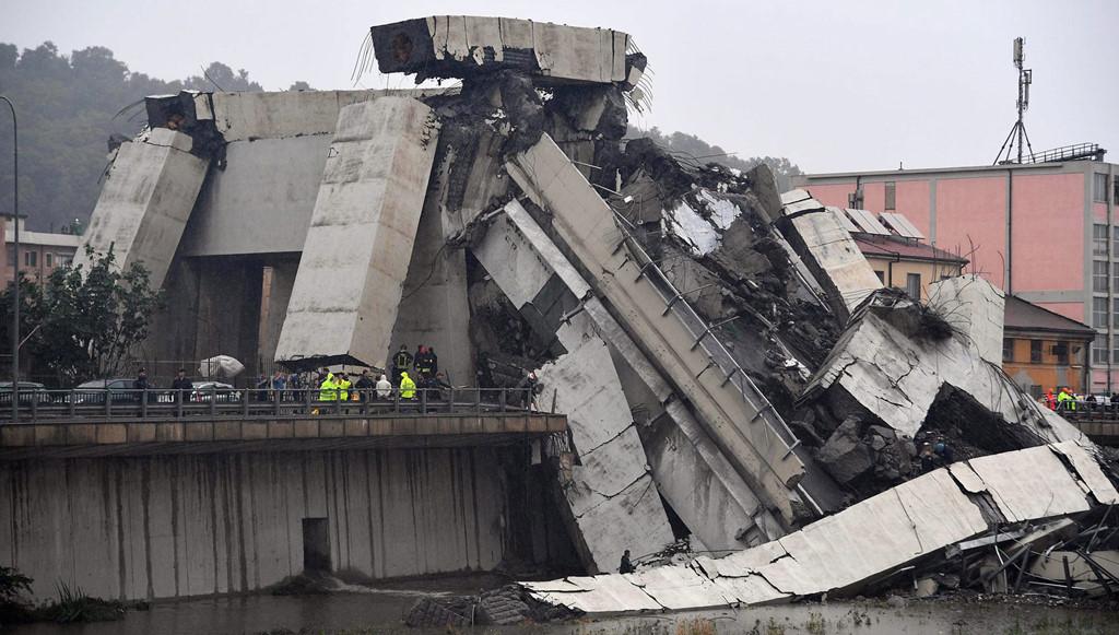 Vụ việc diễn ra lúc giữa trưa ngày 14/8 (giờ địa phương) tại thành phố Genoa. Hơn 20 phương tiện  đã rơi từ độ cao 100 m khi đoạn cao tốc sập xuống. Nhà chức trách Italy cho biết ít nhất 35 người thiệt mạng và con số này có thể còn tăng lên. Ảnh:AP.
