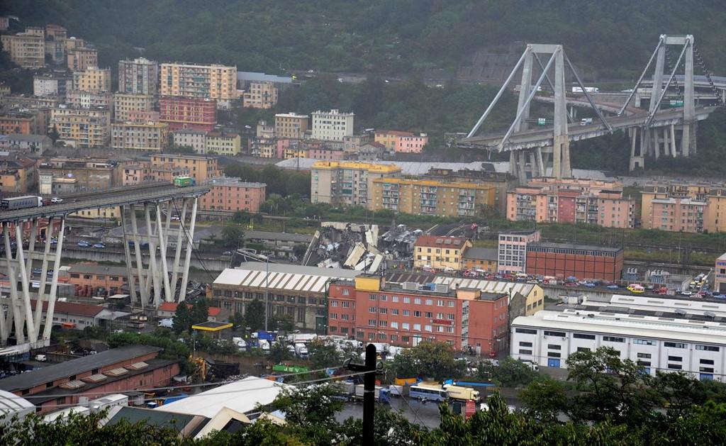 Một đoạn cao tốc tại thành phố Genoa, miền Bắc Italy, vừa sập hôm 14/8. TheoAP, một đoạn cao tốc dài khoảng 200 m đã vỡ thành từng mảng và rơi từ độ cao 100 m xuống mặt đất. Ảnh: Reuters.