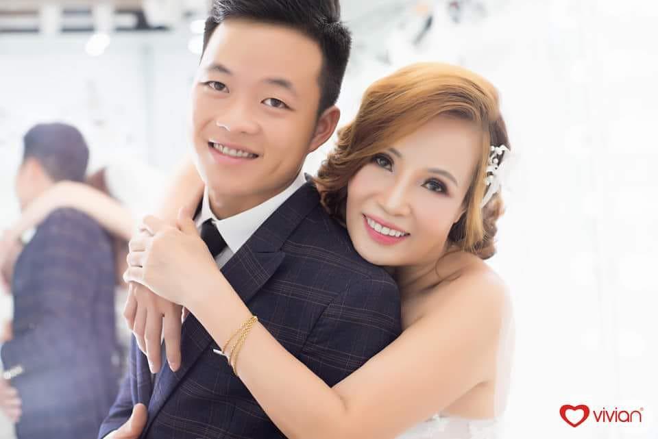 Ảnh cưới hạnh phúc của cặp vợ chồng đũa lệch