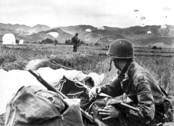 Mặc dù những lực lượng được Pháp tung vào Điện Biên Phủ phần lớn là lính có kinh nghiệm tác chiến trong Chiến tranh Thế giới thứ hai, không ít trong số đó là lính đánh thuê tới từ Đức - vốn dày dặn kinh nghiệm trận mạc nhưng cuối cùng, tất cả đều thất bại dưới tay lực lượng Việt Minh non trẻ. Nguồn ảnh: Goodread.