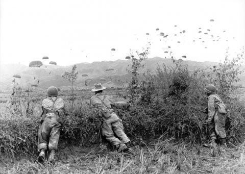 Trước khi phải đối mặt với Quân đội ta, người Pháp cũng tin rằng căn cứ điểm Điện Biên Phủ là bất khả chiến bị giống như căn cứ tương tự họ từng xây dựng ở Na Sầm. Nguồn ảnh: Goodread.
