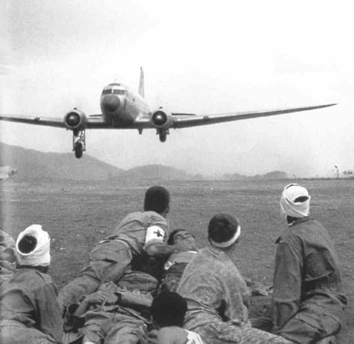 Loại máy bay được Pháp sử dụng nhiều nhất là vận tải cơ Douglas C-47 - phía Việt Minh còn hay gọi là máy bay bà già. Nguồn ảnh: Goodread.