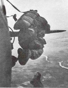 Lính Pháp nhảy dù xuống cứ điểm Điện biên Phủ, có thể thấy ở phía xa dưới mặt đất là con sông Nậm Rốn. Nguồn ảnh: Goodread.