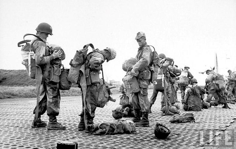 Quân đội Pháp ở sân bay Gia Lâm chuẩn bị lên máy bay để không vận tới Điện Biên Phủ. Nguồn ảnh: Life.