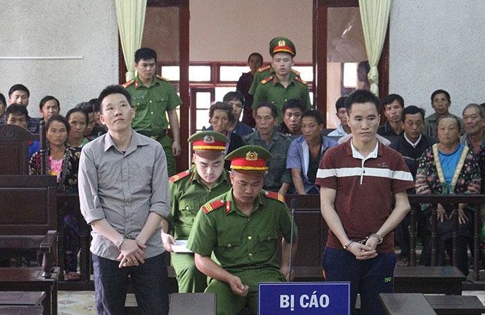 Bị cáo Lù A Tu (bên trái) và bị cáo Lù A Phùng tại phiên tòa.