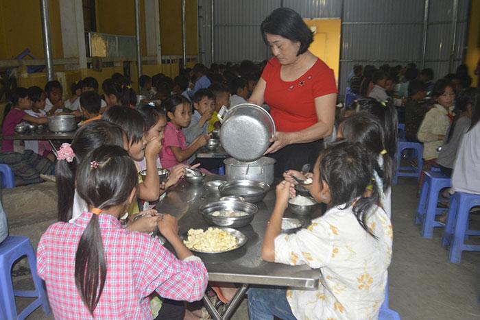 Bữa ăn của học sinh Trường PTDTBT Tiểu học Keo Lôm.