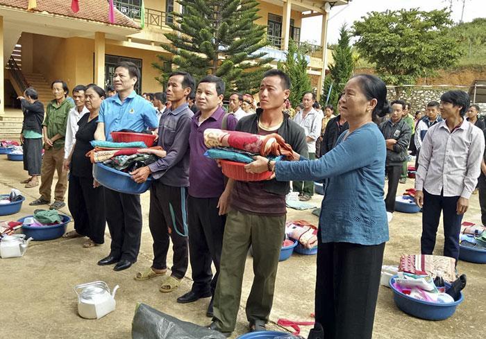 Đại diện lãnh đạo LĐLĐ tỉnh Điện Biên và các nhà hảo tâm trao quà cho người nghèo xã Sá Tổng, huyện Mường Chà.