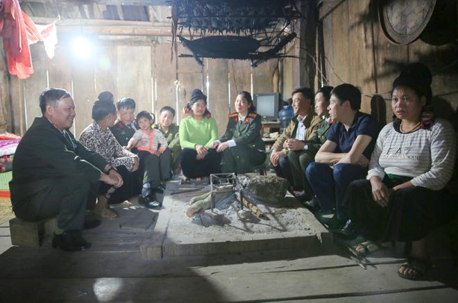 Đại tá Phạm Quang Khải, Phó tổng biên tập Báo CAND trao quà Tết cho đồng bào nghèo tại huyện Tân Lạc, Hòa Bình.