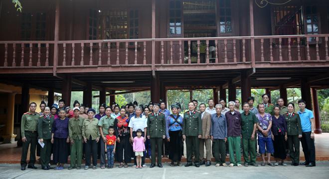 Đại tá Phạm Quang Khải, Đại tá Lò Văn Khụt cùng đoàn công tác trao quà Tết cho đồng bào nghèo tại xã Thanh Chăn, huyện Điện Biên.