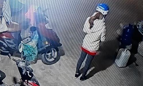 Hình ảnh nữ sinh trước khi đi giao gà được trích xuất từ camera (Ảnh: Lao động)