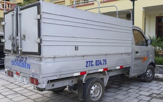 Chiếc xe tải gây án của Bùi Văn Công tại cơ quan công an.