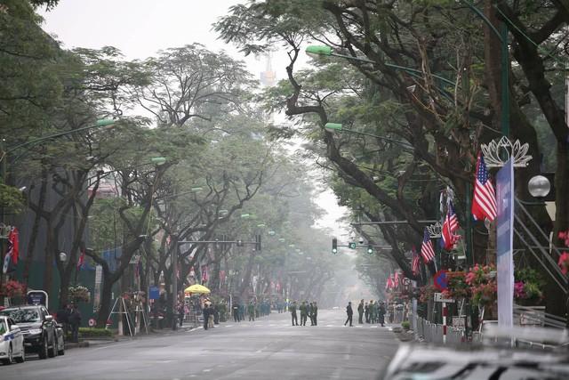 Đường Lý Thường Kiệt được phong tỏa ngày 26/2 để phục vụ đoàn dự hội nghị. Ảnh Lê Bảo