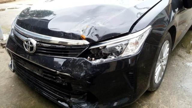 Chiếc xe Camry bị hư hỏng sau vụ tai nạn. Ảnh: Đ.Tùy