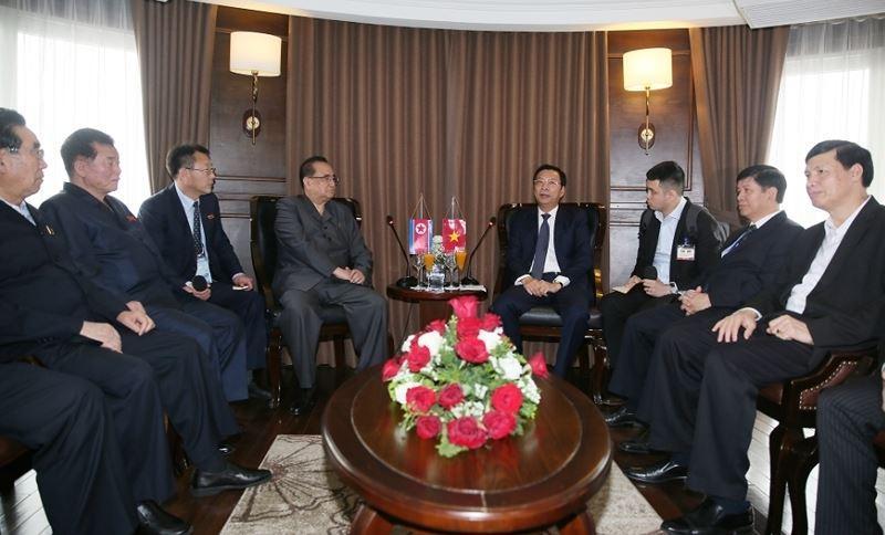 Phái đoàn Triều Tiên trò chuyện với lãnh đạo tỉnh Quảng Ninh