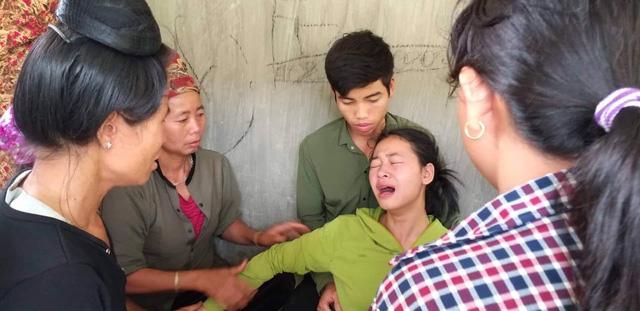 Con gái bà H khóc ngất khi nhận hung tin.