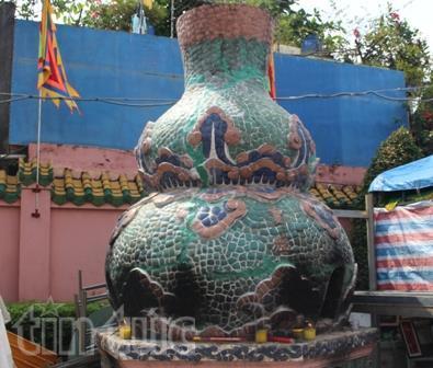 Quả hồ lô được thiết kế để sử dụng trong việc đốt giấy tiền vàng mã tại chùa Ông