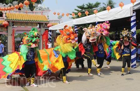 Lễ hội chùa Ông năm nay quy tụ hơn 15 đội lân sư rồng trong và ngoài tỉnh Đồng Nai về biểu diễn.
