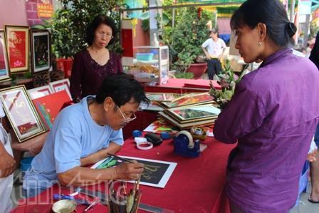 Đến lễ hội chùa Ông người dân có thể xin chữ thư pháp bằng cả tiếng Hoa và tiếng Việt.
