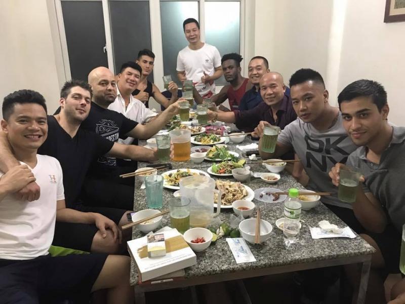Flores và nhóm bạn uống bia hơi tại Hà Nội tối 13/7
