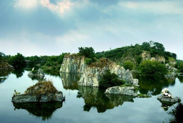 Cảnh sắc sơn thủy hữu tình nơi mặt hồ Long Ẩn (Nguồn Ảnh: Đồng Nai)