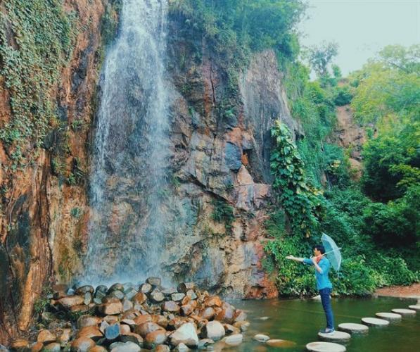 Bậc thềm đá tròn tạo thành lối đi xinh xắn ra hồ nước trong veo (Nguồn: Instargram hothien.tocxoan)