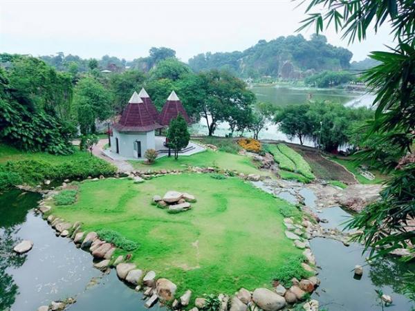 Khuôn viên được trồng rất nhiều cây xanh tạo cảnh quan đẹp cho nơi đây (Nguồn: diadiemanuong.com)