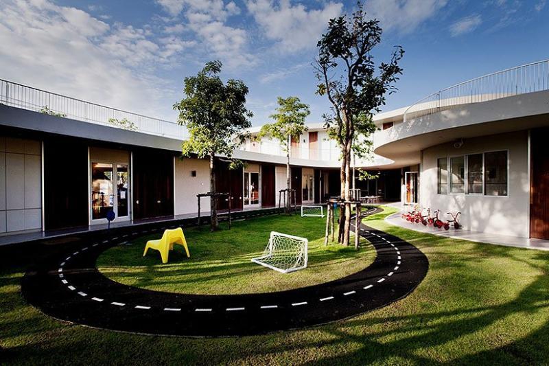 Tọa lạc tại thủ đô Bangkok (Thái Lan), Trường mầm non Quốc tế Kensington được xây với mục đích khơi dậy trí tưởng tượng ở trẻ. Những bức tường cong, uốn lượn xung quanh các tòa nhà để trẻ không cảm thấy bị bó buộc.