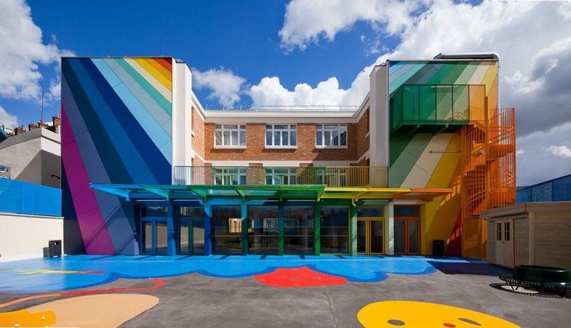 Trường mẫu giáo École Maternelle Pajol tại Paris, Pháp, mang đến cho trẻ những trải nghiệm màu sắc. Thực tế, công trình 4 lớp học này được xây từ những năm 1940 và mới được sửa chữa.