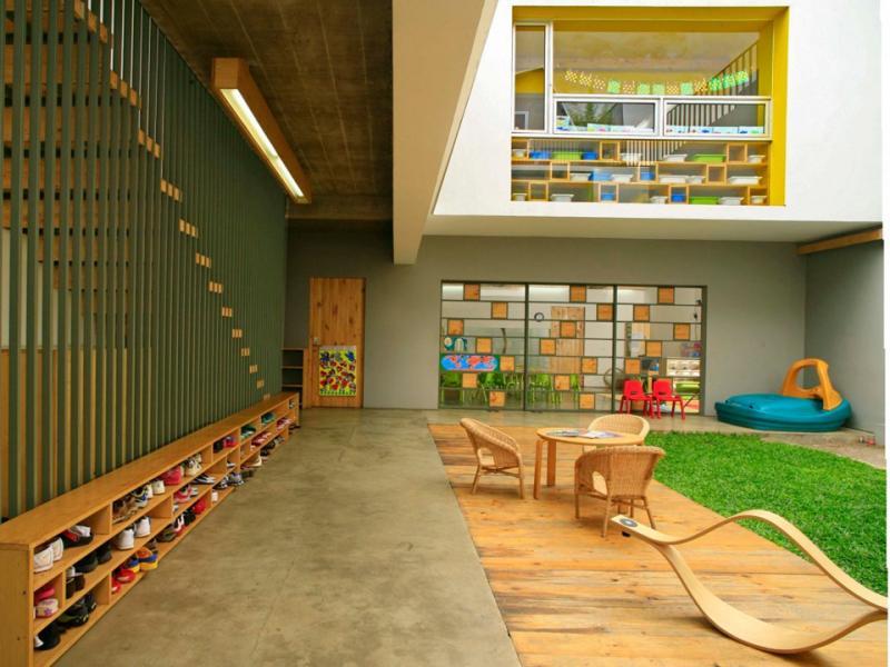 Tọa lạc tại thủ đô Jakarta (Indonesia), Shining Stars Kindergarten có một sân nhỏ đón ánh sáng thiên nhiên vào nhà, tạo cho trẻ cảm giác như chúng đang ở bên ngoài.