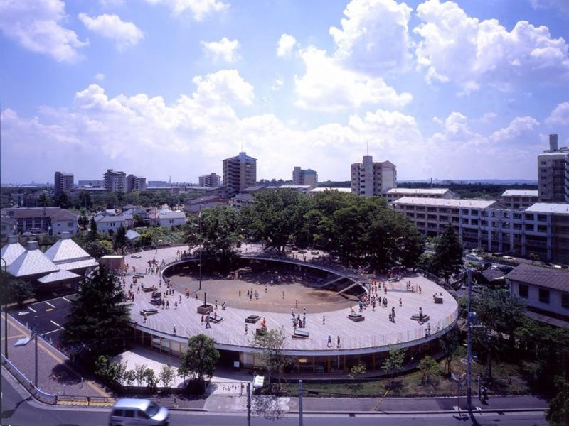 Được xây vào năm 2007, nhà trẻ Fuji tại thành phố Tachikawa (Nhật Bản) có kiến trúc là vòng tròn khép kín. Mái của công trình là nơi trẻ có thể chạy chơi xung quanh, thậm chí leo cây.