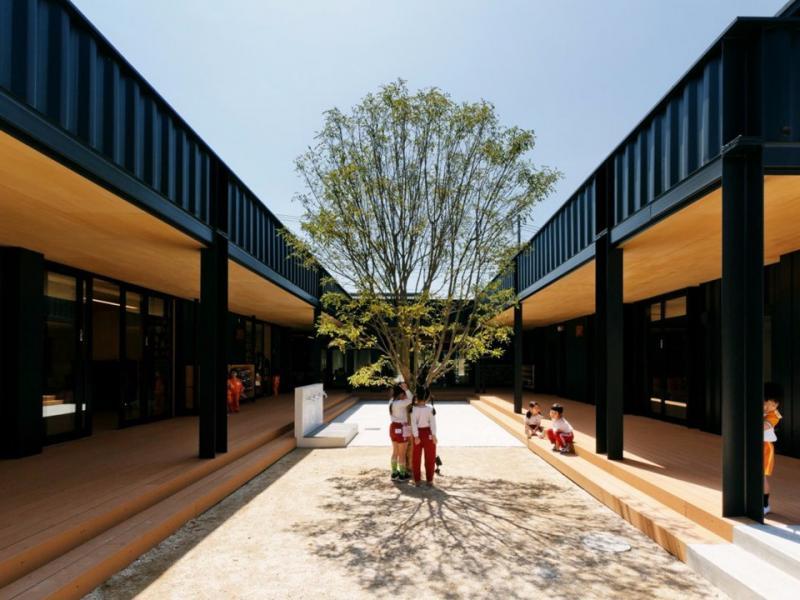 Tọa lạc tại thành phố Saitama (Nhật Bản), trường OA Kindergarten được xây hoàn toàn bằng các container để tránh động đất.