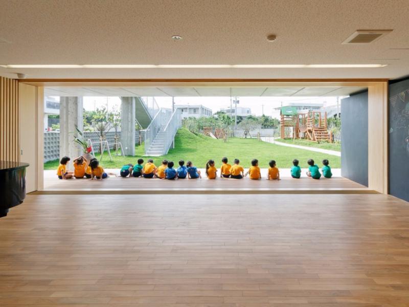 Nằm ở thành phố Miyakojima (Nhật Bản), trường mẫu giáo Hanazono có khả năng chịu được những cơn bão mạnh. Công trình mang đậm phong cách kiến trúc địa phương. Tại đây, không gian được thiết kế nhằm khuyến khích sự sáng tạo cho trẻ em và tăng cường các hoạt động ngoài trời.