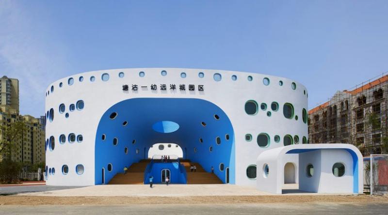 Được xây dựng ở thành phố Thiên Tân (Trung Quốc), nhà trẻ Loop gợi lên hình ảnh của bong bóng với thiết kế nhiều cửa sổ hướng ra mặt ngoài. Bên trong là một sàn gỗ cho trẻ chơi.