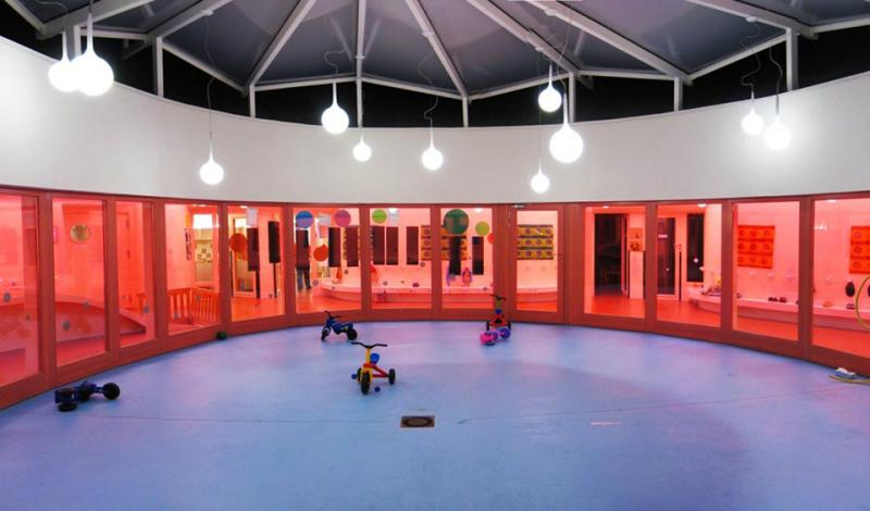 Trường Sarreguemines Nursery tại thành phố Sarreguemines (Pháp) được thiết kế như một tế bào với sân chơi nằm ở giữa và bao quanh là các phòng với nội thất màu hồng.