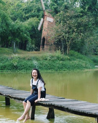 Thả hồn cùng mây trời xanh. Cây cầu gỗ bắc ngang qua sông- Ảnh Phuong Khanh