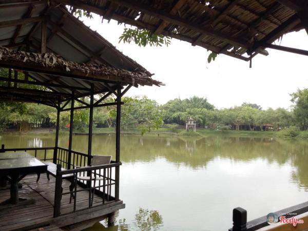 Ở ven hồ có các lán được dựng lên tránh nắng- ảnh Foody.vn