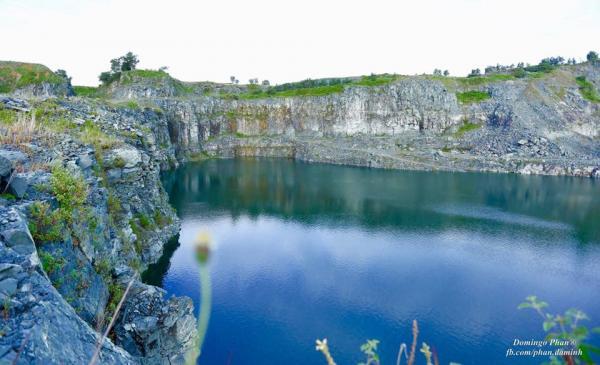 Nước xanh màu ngọc bích bao bọc bởi những vách núi dựng đứng