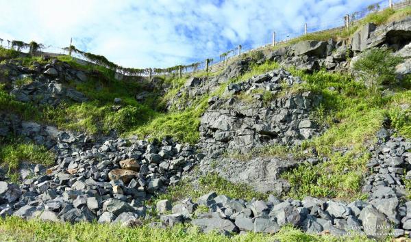 Dốc đá dựng đứng nhìn thật hùng vĩ