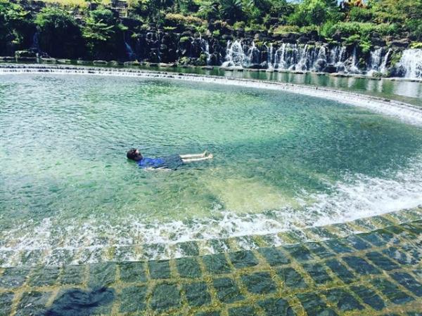 Thả mình dưới dòng nước trong lành