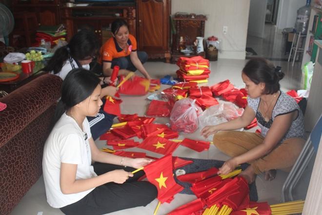 Một cơ sở sản xuất cờ Tổ quốc phục vụ người hâm mộ cổ vũ cho đội tuyến U23.