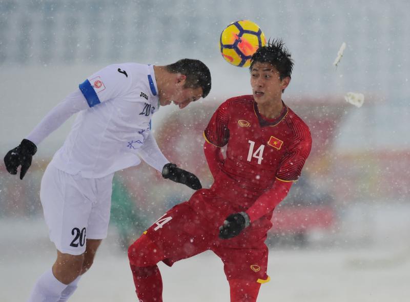 Tiền vệ cánh Phan Văn Đức (số 14) trong một pha xử lý bóng. Ảnh: AFP/Getty.