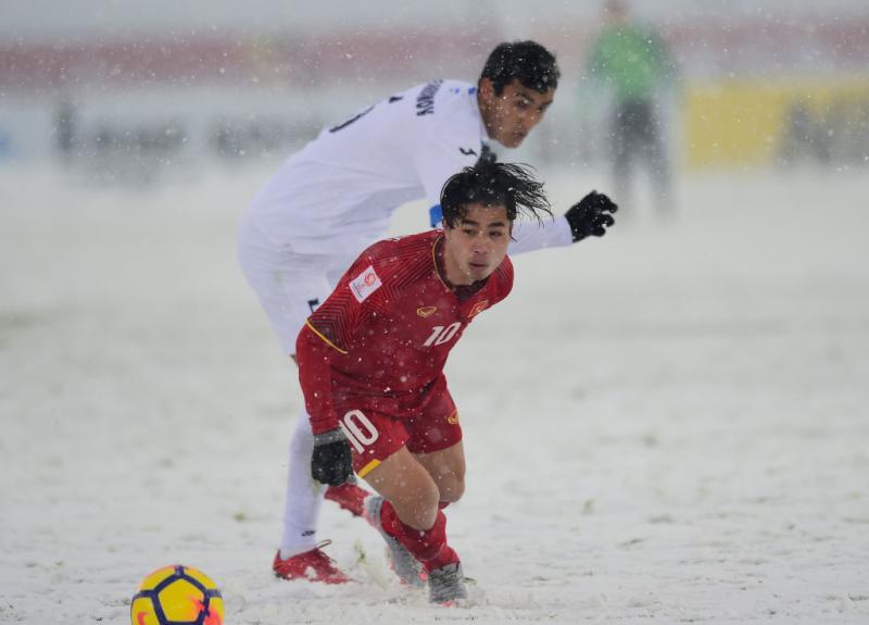 Tiền đạo Công Phượng (số 10) trong một pha tranh chấp bóng trước cầu thủ Uzbekistan. Ảnh: AFP/Getty.