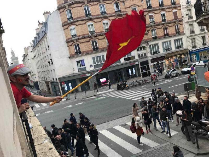 Người Việt tập trung về một hội quán trên phố Monge ở Paris, Pháp để theo dõi trận đấu. Ảnh: Facebook/Nguyen Phan Bao Thuy.