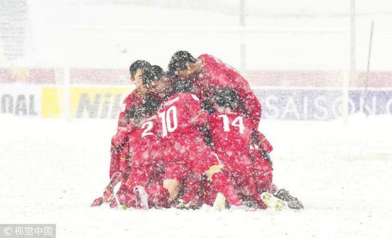 Các cầu thủ U23 Việt Nam ôm nhau trong tuyết trên sân Thường Châu. Ảnh: VCG.