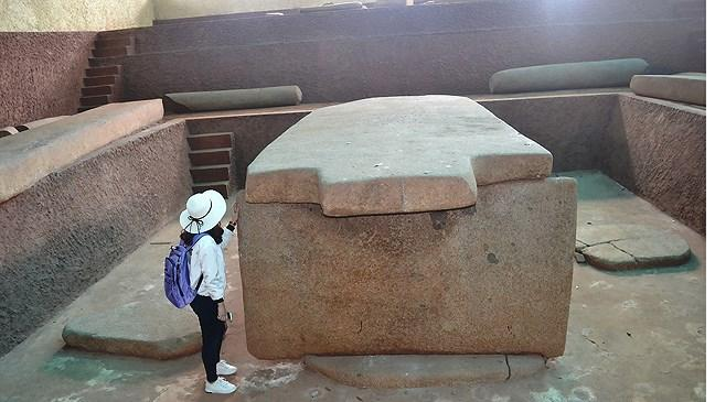 Mộ cự thạch Hàng Gòn được ghép bằng 6 tấm đá hoa cương nặng hàng chục tấn