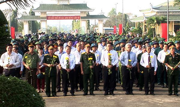 Lãnh đạo TP.Biên Hòa và gần 500 thanh niên lên đường nhập ngũ đến viếng nghĩa trang liệt sĩ tỉnh .