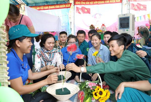 Các tân binh tham gia giao lưu tại hội trại tòng quân ở thành phố Biên Hòa